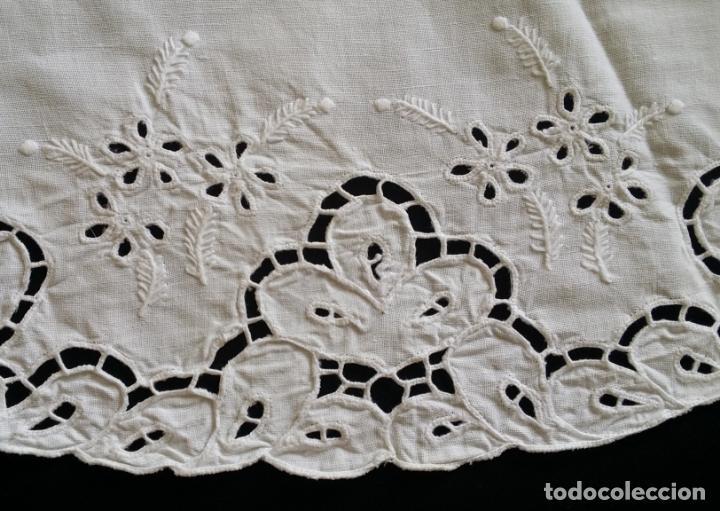 Antigüedades: Mantel redondo bordado a mano - Foto 8 - 174211673