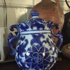 Antigüedades: BOTE DE PORCELANA CON PERFILES DORADOS. Lote 130756116