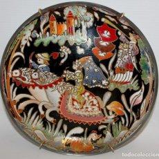 Antigüedades: DECORATIVO PLATO EN CRISTAL ESMALTADO AL FUEGO DEL VIDRIERO ROYO. CIRCA 1950. Lote 130777436