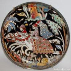 Antigüedades: DECORATIVO PLATO EN CRISTAL ESMALTADO AL FUEGO DEL VIDRIERO ROYO. CIRCA 1950. Lote 130777556