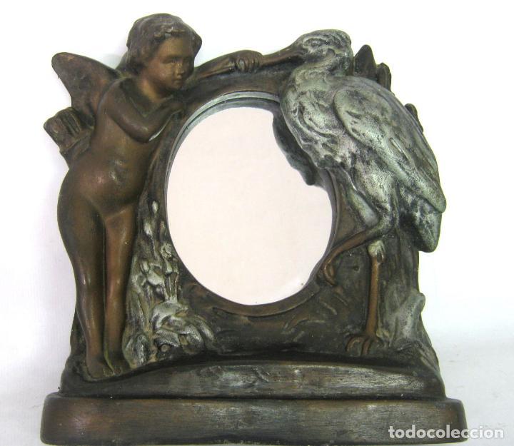30 CM - ANTIGUO ESPEJO DE MESA MODERNISTA ART NOUVEAU C.1900/1920 - ANGEL Y CIGÜEÑA - MATERNIDAD (Antigüedades - Hogar y Decoración - Otros)