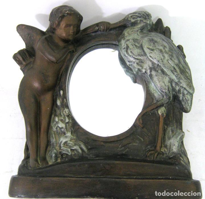 Antigüedades: 30 cm - Antiguo espejo de mesa Modernista Art Nouveau c.1900/1920 - Angel y cigüeña - Maternidad - Foto 4 - 130790100
