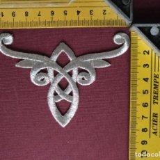 Antigüedades: PIEZA APLICACION APLIQUE BORDADO HILO PLATEADO PLATA CONFECCION SAYA TRAJE VIRGEN FAJIN PIEZA FAJIN. Lote 130800340