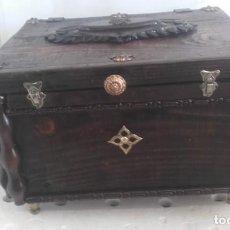 Antigüedades: PRECIOSO BAULITO PEQUEÑO ANTIGUO. Lote 130840760