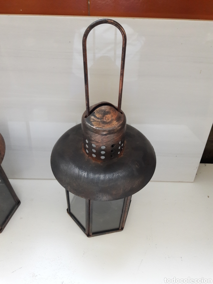 Antigüedades: Pareja de portavelas de mano o faroles antiguos en metal envejecido y cristal. - Foto 2 - 130858616