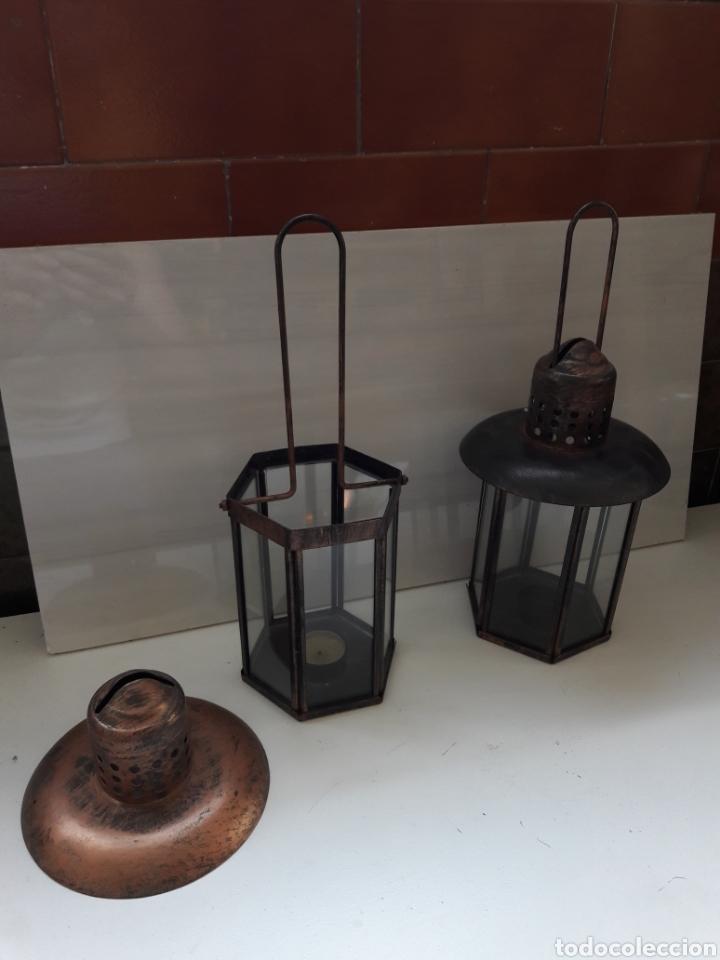 Antigüedades: Pareja de portavelas de mano o faroles antiguos en metal envejecido y cristal. - Foto 6 - 130858616