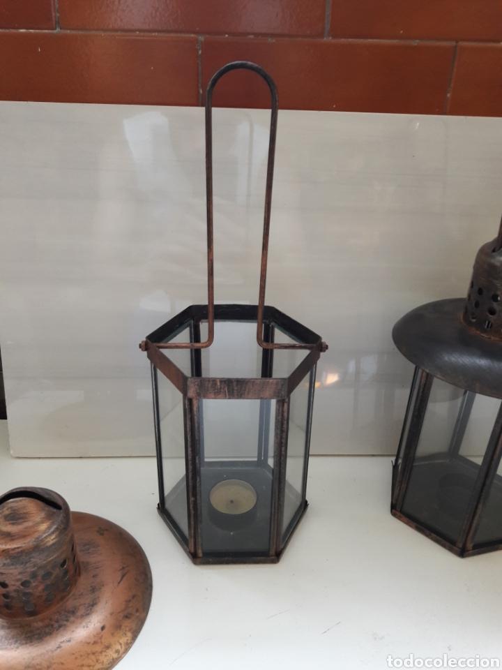 Antigüedades: Pareja de portavelas de mano o faroles antiguos en metal envejecido y cristal. - Foto 7 - 130858616