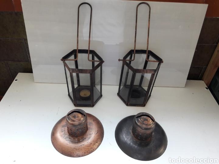 Antigüedades: Pareja de portavelas de mano o faroles antiguos en metal envejecido y cristal. - Foto 8 - 130858616