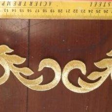Antigüedades: PIEZA APLICACION APLIQUE BORDADO HILO DORADO ORO CONFECCION SAYA TRAJE VIRGEN FAJIN SEMANA SANTA. Lote 130890996