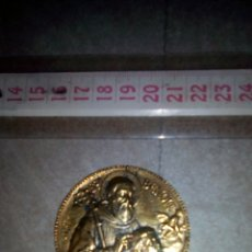 Antigüedades: MEDALLA DE SAN BENITO SACANDO UN DEMONIO. Lote 130910009