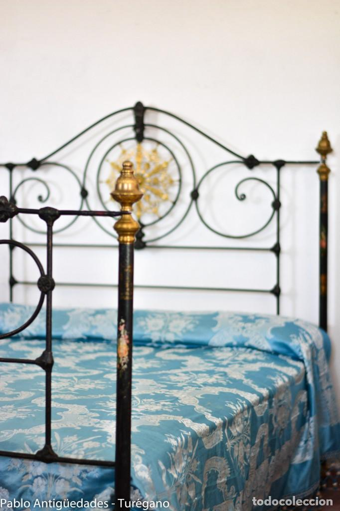 Antigüedades: Cama completa muy antigua de hierro negro - Detalles en bronce y motivos florales - Cabecero 150 cm - Foto 2 - 130975884
