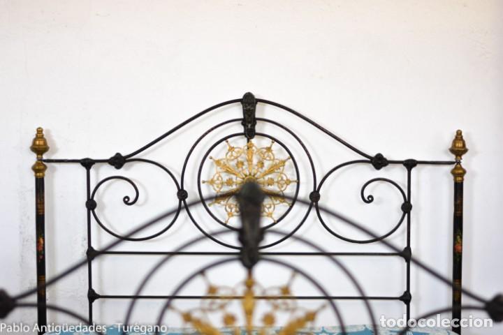 Antigüedades: Cama completa muy antigua de hierro negro - Detalles en bronce y motivos florales - Cabecero 150 cm - Foto 3 - 130975884