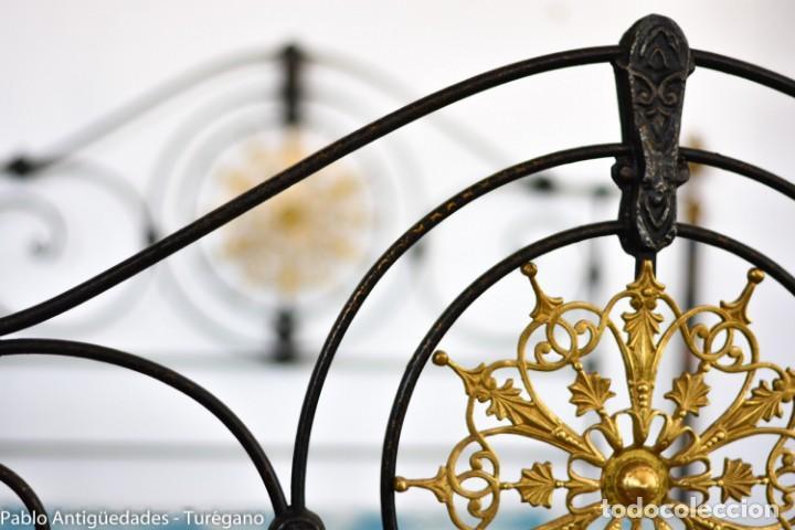 Antigüedades: Cama completa muy antigua de hierro negro - Detalles en bronce y motivos florales - Cabecero 150 cm - Foto 4 - 130975884