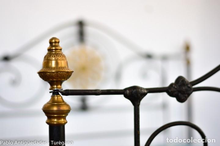 Antigüedades: Cama completa muy antigua de hierro negro - Detalles en bronce y motivos florales - Cabecero 150 cm - Foto 5 - 130975884