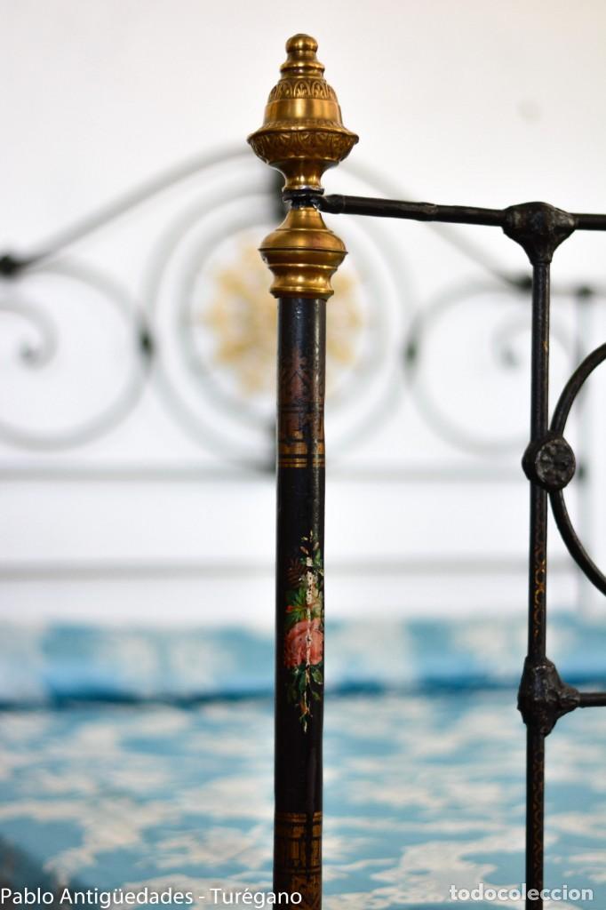 Antigüedades: Cama completa muy antigua de hierro negro - Detalles en bronce y motivos florales - Cabecero 150 cm - Foto 6 - 130975884