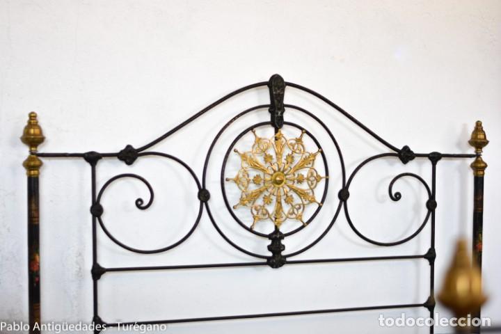 Antigüedades: Cama completa muy antigua de hierro negro - Detalles en bronce y motivos florales - Cabecero 150 cm - Foto 7 - 130975884