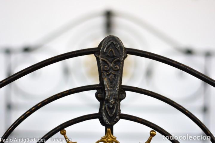 Antigüedades: Cama completa muy antigua de hierro negro - Detalles en bronce y motivos florales - Cabecero 150 cm - Foto 8 - 130975884