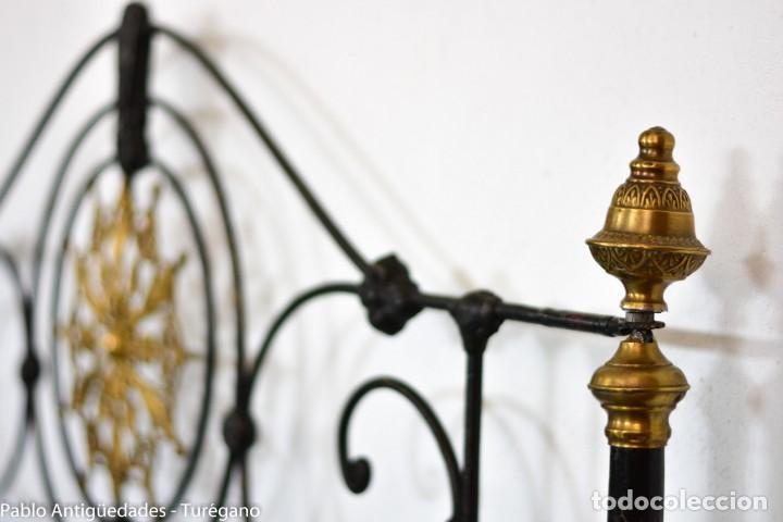 Antigüedades: Cama completa muy antigua de hierro negro - Detalles en bronce y motivos florales - Cabecero 150 cm - Foto 9 - 130975884