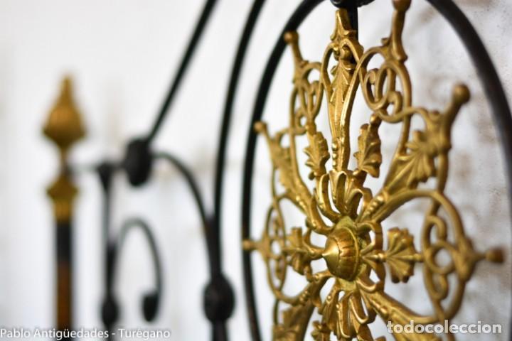 Antigüedades: Cama completa muy antigua de hierro negro - Detalles en bronce y motivos florales - Cabecero 150 cm - Foto 12 - 130975884