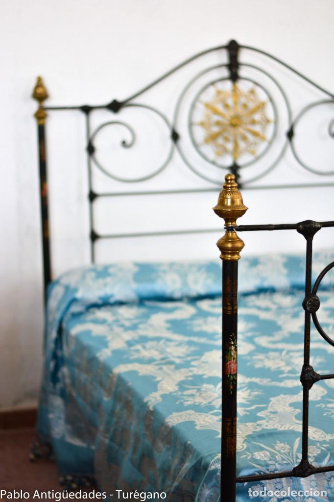 Antigüedades: Cama completa muy antigua de hierro negro - Detalles en bronce y motivos florales - Cabecero 150 cm - Foto 13 - 130975884