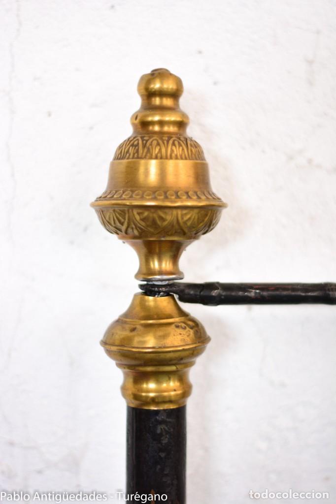 Antigüedades: Cama completa muy antigua de hierro negro - Detalles en bronce y motivos florales - Cabecero 150 cm - Foto 16 - 130975884