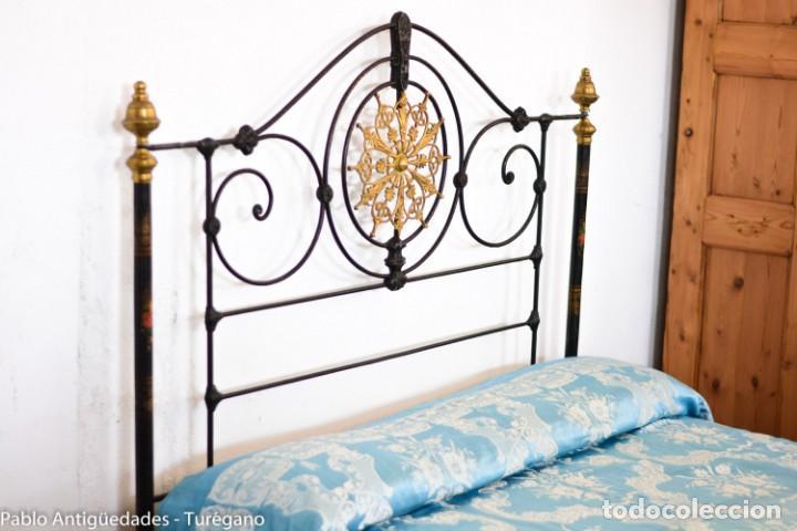 Antigüedades: Cama completa muy antigua de hierro negro - Detalles en bronce y motivos florales - Cabecero 150 cm - Foto 17 - 130975884