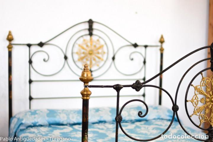 Antigüedades: Cama completa muy antigua de hierro negro - Detalles en bronce y motivos florales - Cabecero 150 cm - Foto 18 - 130975884