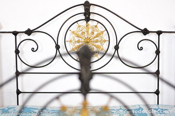 Antigüedades: Cama completa muy antigua de hierro negro - Detalles en bronce y motivos florales - Cabecero 150 cm - Foto 19 - 130975884