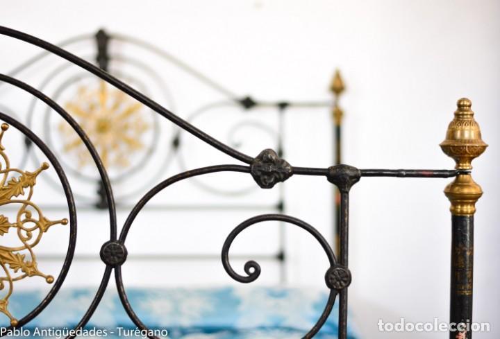 Antigüedades: Cama completa muy antigua de hierro negro - Detalles en bronce y motivos florales - Cabecero 150 cm - Foto 20 - 130975884