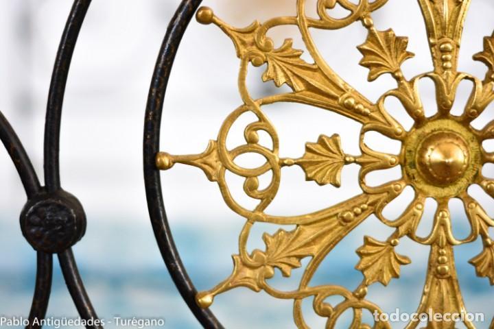 Antigüedades: Cama completa muy antigua de hierro negro - Detalles en bronce y motivos florales - Cabecero 150 cm - Foto 21 - 130975884