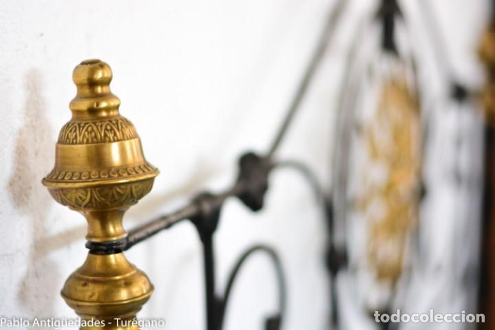 Antigüedades: Cama completa muy antigua de hierro negro - Detalles en bronce y motivos florales - Cabecero 150 cm - Foto 22 - 130975884