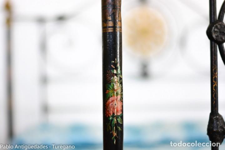 Antigüedades: Cama completa muy antigua de hierro negro - Detalles en bronce y motivos florales - Cabecero 150 cm - Foto 23 - 130975884
