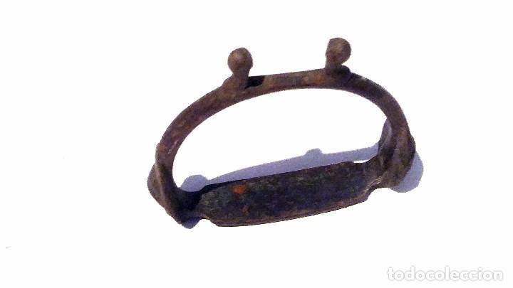 Antigüedades: antiguo estribo de metal forjado decorado con una cara de indio - Foto 2 - 131013908
