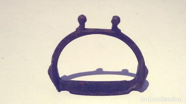 Antigüedades: antiguo estribo de metal forjado decorado con una cara de indio - Foto 6 - 131013908