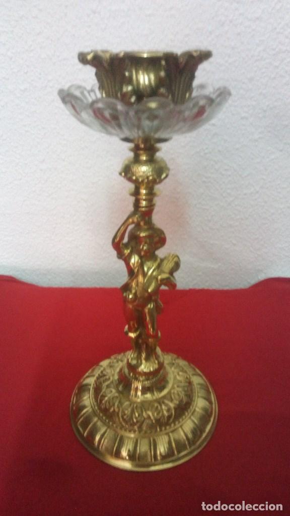 Antigüedades: GRANDE Y PESADO CANDELABRO PORTAVELAS LAMPARA EN BRONCE FUNDIDO Y CRISTAL CON FIGURA DE NIÑO. - Foto 2 - 131031604
