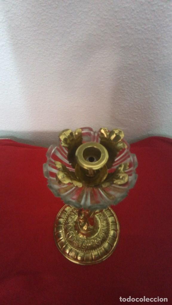 Antigüedades: GRANDE Y PESADO CANDELABRO PORTAVELAS LAMPARA EN BRONCE FUNDIDO Y CRISTAL CON FIGURA DE NIÑO. - Foto 3 - 131031604