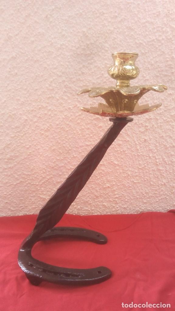 CANDELABRO PORTAVELAS PALMATORIA LAMPARA ARTESANAL EN HIERRO FORJA Y BRONCE CON BASE DE HERRADURA. (Antigüedades - Iluminación - Candelabros Antiguos)