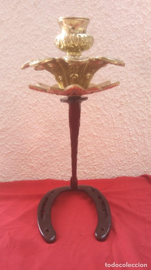 Antigüedades: CANDELABRO PORTAVELAS PALMATORIA LAMPARA ARTESANAL EN HIERRO FORJA Y BRONCE CON BASE DE HERRADURA. - Foto 2 - 131036380