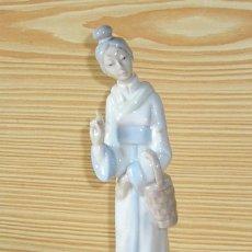 Antigüedades: FIGURA EN PORCELANA - MUJER CHINA.. Lote 131071264