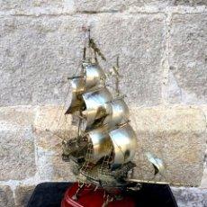 Antigüedades: CARABELA HECHA EN EN ALPACA CON PEANA DE MADERA. Lote 131133276