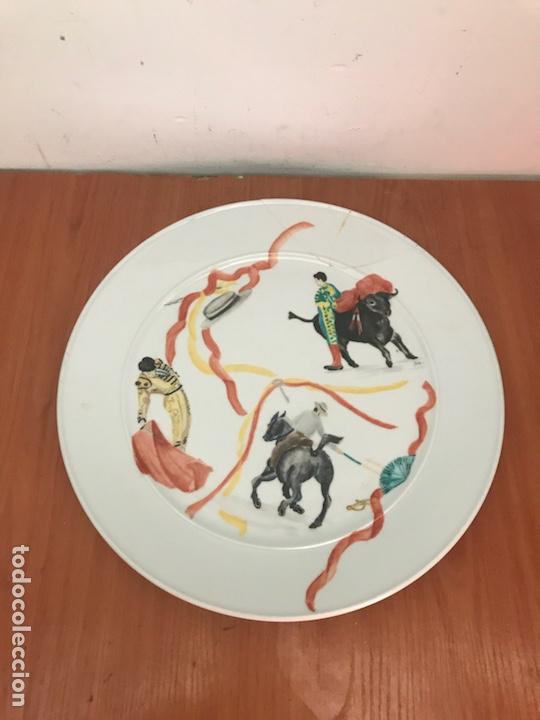 PLATO DE PORCELANA SUIZA LANGENTHAL. DECORADO CON MOTIVO TOREROS (Antigüedades - Porcelanas y Cerámicas - Otras)