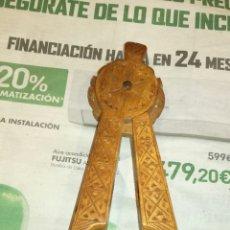 Antigüedades: CASCA AVELLANAS O PIÑONES DE MADERA. Lote 131231760