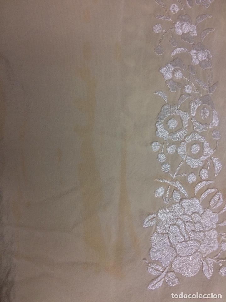 Antigüedades: Mantón de manila seda bordado a mano color marfil - Foto 5 - 131234899