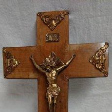 Antigüedades: CRUCIFIJO DE METAL Y MADERA PARA COLGAR EN LA PARED. Lote 131240827
