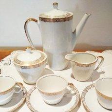 Antigüedades: JUEGO DE CAFE PORCELANA SANTA CLARA, CON GRECA DE ORO FINO. 12 SERVICIOS. COMPLETO. Lote 131251167