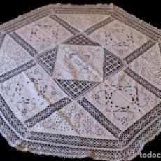 Antigüedades: ANTIGUO MANTEL BORDADO CON ENCAJE DE BOLILLOS. Lote 131270947
