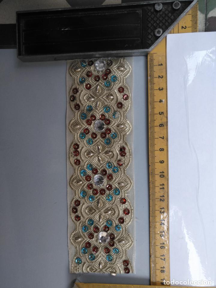 Antigüedades: antigua aplicacion galon trozo para decorar ropa customizar virgen muñecas fajin etc leer - Foto 2 - 131293495