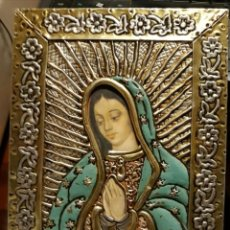 Antigüedades: VIRGEN CUADRO RELIGIOSO DE METAL CON TONOS PLATEADO Y DORADO, HECHO A MANO CON FIRMA EN TRASERA. Lote 131303423