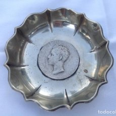 Antigüedades: CENICERO DE METAL PLATEADO CON RELIEVE DE ALFONSO XII. Lote 131386822