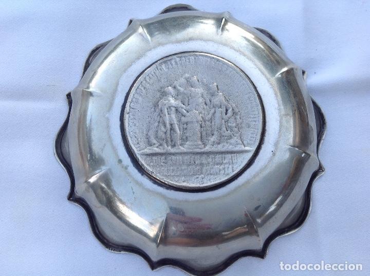 Antigüedades: Cenicero de metal plateado con relieve de Alfonso XII - Foto 2 - 131386822